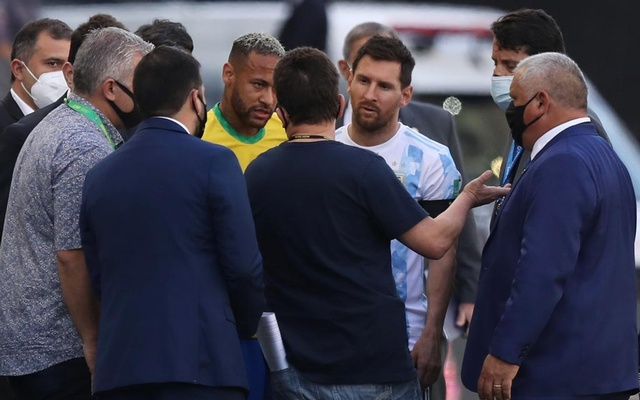 Football - World Cup - South American Qualifiers - Brazil v Argentina - Arena Corinthians, Sao Paulo, Brazil - September 5, 2021 Argentina's Lionel Messi and Brazil's Neymar during an interruption in play REUTERS/Amanda Perobelli