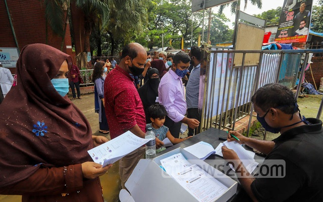 People queue for coronavirus tests at Dhaka's Suhrawardy Hospital on Monday, September 6, 2021. As infections have decreased, so have the lines for those waiting for tests. Photo: Asif Mahmud Ove