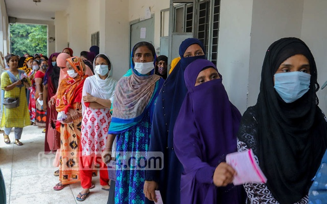 People queue up to receive their second doses of COVID vaccines on Tuesday at Rajdhani High School centre in Dhaka's Sher-e-Bangla Nagar. Photo: Asif Mahmud Ove