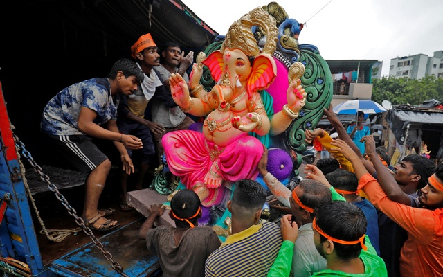 Devotees load an idol of the Hindu god Ganesh, the deity of prosperity, onto a truck to be transported to a place of worship on the first day of the ten-day-long Ganesh Chaturthi festival in Ahmedabad, India, Sept 10, 2021. REUTERS/Amit Dave