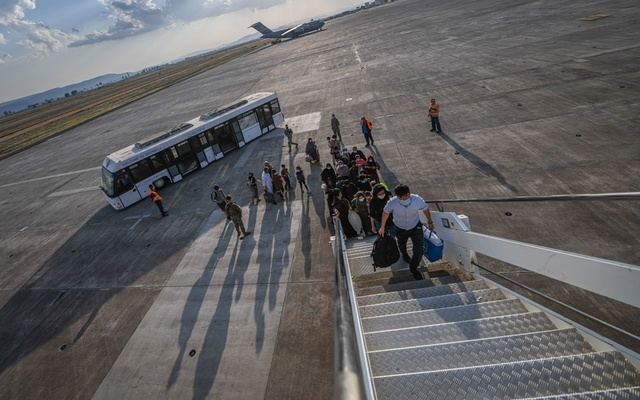 Evacuees from Afghanistan board a Boeing 777 bound for the United States from Naval Air Station Sigonella, Italy Aug 28, 2021. REUTERS/FILE