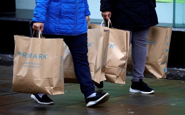 Shoppers carry bags from Primark at the start of the Boxing Day sales amid the outbreak of the coronavirus disease (COVID-19) in Manchester, Britain, December 26, 2020. REUTERS/Phil Noble