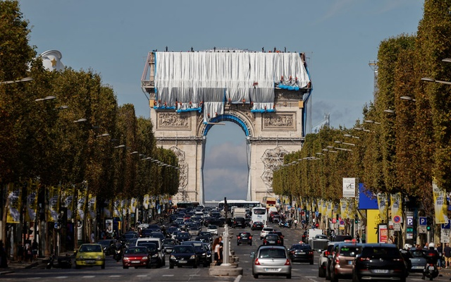 Workers install a shimmering wrapper to envelop Paris landmark, the Arc de Triomphe, in a posthumous installation by artist Christo on the Champs Elysee avenue, in Paris, France, Sept 12, 2021. REUTERS/Christian Hartmann