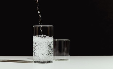 A glass of seltzer in Los Angeles on Sept 13, 2021. Unsweetened carbonated water is a better choice than soda or fruit juice. But don't overdo it, experts say. (Aileen Son/The New York Times)