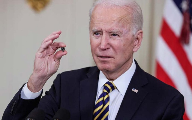 US President Joe Biden holds a semiconductor chip as he speaks prior to signing an executive order, aimed at addressing a global semiconductor chip shortage, in the State Dining Room at the White House in Washington, US, February 24, 2021. REUTERS/Jonathan Ernst