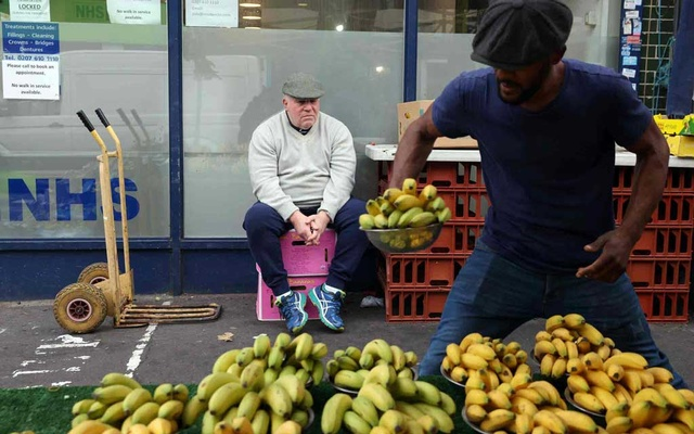 The British government said it would pursue plans to allow shops and market stalls to sell fruits and vegetables labelled solely in imperial units of measurement. Reuters