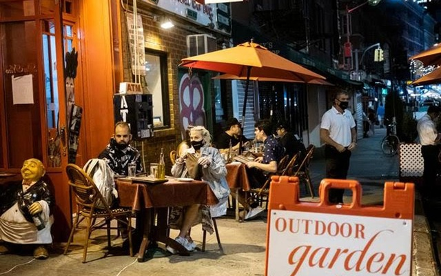People enjoy outdoor dining amid COVID-19 outbreak in Manhattan, New York City, US, September 14, 2020. Reuters file photo.
