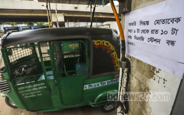 A CNG filling station in Dhaka's Moghbazar puts up a notice announcing the government decision to close the stations for four hours from 6 pm daily. Photo: Asif Mahmud Ove