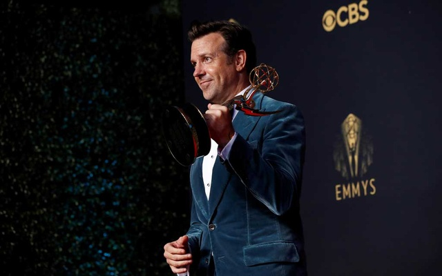 Actor Jason Sudeikis poses with the award for outstanding lead actor in comedy series, for