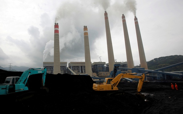 Excavators pile coal in a storage area in an Indonesian Power Plant in Suralaya, in Banten province January 20, 2010. Reuters