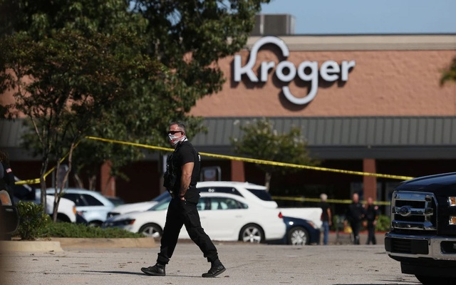 Emergency personnel respond to a shooting at a Kroger supermarket in suburban Memphis, Tennessee, U.S., Sept 23, 2021. Joe Rondone/The Commercial Appeal/USA Today via REUTERS