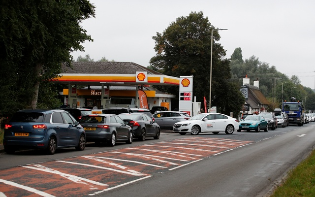 Vehicles queue to refill outside a Shell fuel station in Redbourn, Britain, September 25, 2021. Reuters