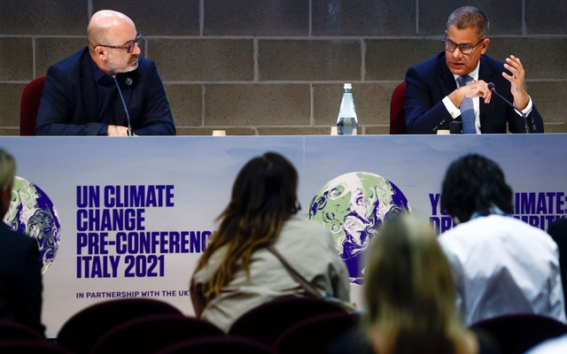 Italy's Minister for Ecological Transition Roberto Cingolani and Britain's COP26 President Alok Sharma hold a news conference at the end of the pre-COP26 climate meeting in Milan, Italy, October 2, 2021. REUTERS/Guglielmo Mangiapane