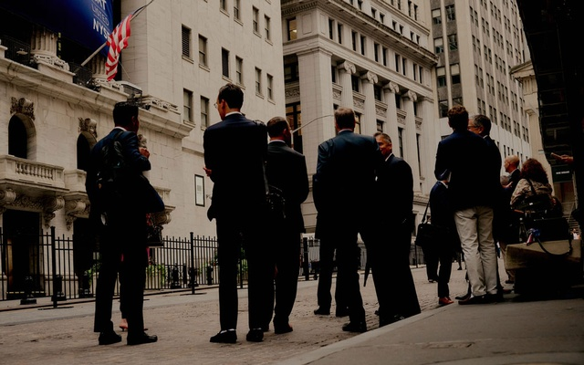 Outside the New York Stock Exchange, Sept. 23, 2021. This summer, a record low number of chartered financial analyst test takers passed the first level of the notoriously difficult exams, reviving an old debate about the merits of the qualification. (Victor Llorente/The New York Times)