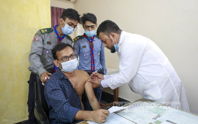 A student receives his COVID-19 vaccine dose at Dhaka University's Martyred Intellectual Dr Muhammad Murtaza Medical Centre on Monday, Oct 4, 2021. Photo: Mahmud Zaman Ovi