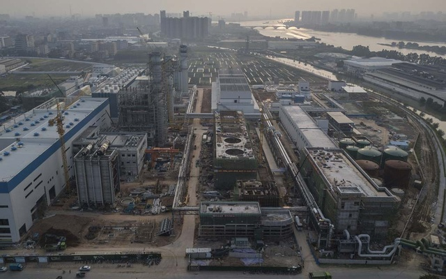 Construction on the Zhongtang gas-fired power plant in Dongguan, China, one of several new gas plants being built in the area to meet the country's energy needs as it pivots from coal, Sept 28, 2021. It's one of several huge gas-fired plants being built to pump more electricity throughout this sprawling industrial city of about 10 million, where rising demand for power has led to rationing and blackouts that are now rippling across eastern China and threaten international supply chains. (Gilles Sabrié/The New York Times)