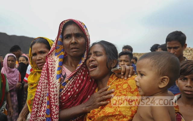 Relatives of victims cry at Gabtoli in Dhaka after a passenger boat capsized in the Turag river near Koylar Ghat in Aminbazar on Saturday, Oct 9, 2021. Photo: Asif Mahmud Ove