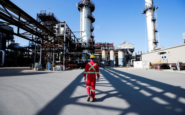 A Shell employee walks through the company's new Quest Carbon Capture and Storage (CCS) facility in Fort Saskatchewan, Alberta, Canada, Oct 7, 2021. REUTERS/Todd Korol