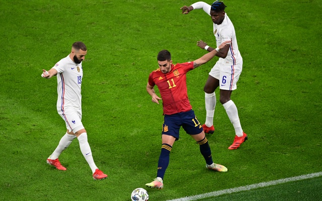 Football - Nations League - Final - Spain v France - San Siro, Milan, Italy - October 10, 2021 Spain's Ferran Torres in action with France's Karim Benzema and Paul Pogba Pool via REUTERS/Miguel Medina